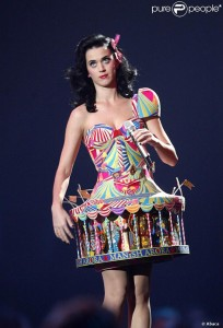 175214-katy-perry-invente-la-robe-manege-637x0-3